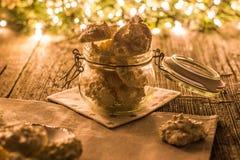 Μαρέγκα καρύδων γλυκών Χριστουγέννων στο βάζο γυαλιού στη Παραμονή Χριστουγέννων Στοκ Εικόνα