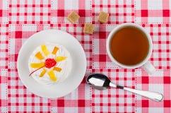Μαρέγκα με τα φρούτα, φλυτζάνι του τσαγιού, άμορφη ζάχαρη, κουταλάκι του γλυκού Στοκ Εικόνες