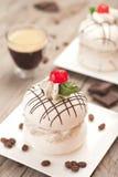 Μαρέγκα με την κρέμα καφέ Στοκ φωτογραφία με δικαίωμα ελεύθερης χρήσης
