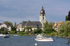 Μαρίνα και ελβετική ιστορική εκκλησία στη λίμνη Γενεύη Στοκ φωτογραφία με δικαίωμα ελεύθερης χρήσης