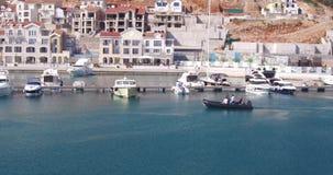 Μαρίνα κόλπων Lustica με motorboats και τα γιοτ του Motorboat στη ναυσιπλοΐα απόθεμα βίντεο