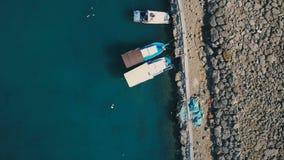 Μαρίνα με τα διάφορες γιοτ και τις βάρκες - κορυφή κάτω από το εναέριο μήκος σε πόδηα φιλμ μικρού μήκους