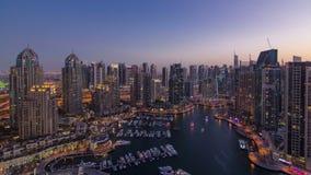 Μαρίνα του Ντουμπάι με τα γιοτ στο λιμάνι και σύγχρονος φιλμ μικρού μήκους