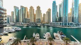 Μαρίνα του Ντουμπάι με τα σύγχρονα κτήρια και την παραδοσιακή βάρκα timelapse απόθεμα βίντεο