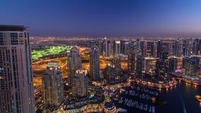 Μαρίνα του Ντουμπάι με την ημέρα γιοτ στη νύχτα timelapse απόθεμα βίντεο