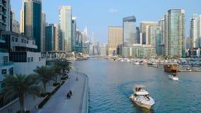 Μαρίνα του Ντουμπάι με τους ουρανοξύστες και τις βάρκες στο Ντουμπάι, Ηνωμένα Αραβικά Εμιράτα απόθεμα βίντεο