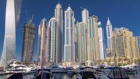 Μαρίνα του Ντουμπάι με τους ουρανοξύστες και τις βάρκες Hyperlapse απόθεμα βίντεο