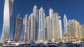 Μαρίνα του Ντουμπάι με τους ουρανοξύστες και τις βάρκες Hyperlapse φιλμ μικρού μήκους