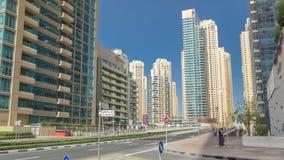 Μαρίνα του Ντουμπάι με τους ουρανοξύστες timelapse και κυκλοφορία στην οδό κοντά στη γέφυρα συγκεκριμένων δρόμων μέσω του καναλιο φιλμ μικρού μήκους