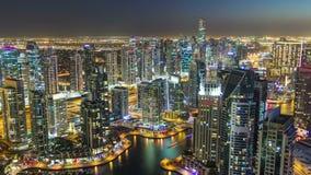 Μαρίνα του Ντουμπάι με τους σύγχρονους πύργους από την κορυφή της μετάβασης ουρανοξυστών από την ημέρα στη νύχτα timelapse φιλμ μικρού μήκους