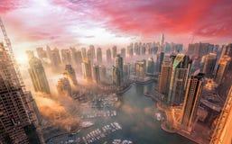 Μαρίνα του Ντουμπάι με το ζωηρόχρωμο ηλιοβασίλεμα στο Ντουμπάι, Ηνωμένα Αραβικά Εμιράτα Στοκ Φωτογραφία