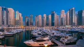 Μαρίνα του Ντουμπάι στην μπλε νύχτα ώρας στην ημέρα timelapse με τα γιοτ απόθεμα βίντεο