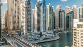 Μαρίνα του Ντουμπάι στο βράδυ timelapse με τα ίχνη των βαρκών στο νερό και την κυκλοφορία αυτοκινήτων, Ντουμπάι, Ε.Α.Ε. απόθεμα βίντεο