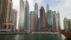 Μαρίνα του Ντουμπάι χρονικού σφάλματος Κάνετε πανοραμική λήψη προς τα πάνω απόθεμα βίντεο