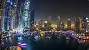 Μαρίνα του Ντουμπάι timelapse τη νύχτα, ακτινοβολώντας φω'τα και πιό ψηλοί ουρανοξύστες κατά τη διάρκεια ενός σαφούς βραδιού φιλμ μικρού μήκους