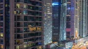 Μαρίνα του Ντουμπάι timelapse τη νύχτα, ακτινοβολώντας φω'τα και πιό ψηλοί ουρανοξύστες απόθεμα βίντεο