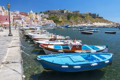 Μαρίνα Corricella με τις ζωηρόχρωμα βάρκες και τα σπίτια, Terra Murata, νησί Procida, κόλπος της Νάπολης, Ιταλία στοκ εικόνες