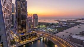 Μαρίνα JBR και του Ντουμπάι μετά από την εναέρια ημέρα ηλιοβασιλέματος στη νύχτα timelapse απόθεμα βίντεο