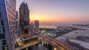 Μαρίνα JBR και του Ντουμπάι μετά από την εναέρια ημέρα ηλιοβασιλέματος στη νύχτα timelapse φιλμ μικρού μήκους