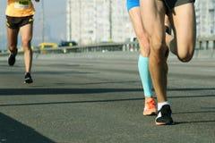 Μαραθώνιος που τρέχει λαμβάνοντας υπόψη το πρωί Τρέξιμο στη λεπτομέρε στοκ εικόνες
