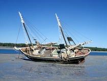 Μαργαριτάρι lugger at low tide στοκ φωτογραφία με δικαίωμα ελεύθερης χρήσης