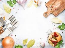 Μαριναρισμένα άσπρα μανιτάρια στο βάζο με τα καρυκεύματα, έννοια μαγειρέματος τροφίμων, γκρίζο επιτραπέζιο υπόβαθρο κουζινών, τοπ στοκ εικόνες