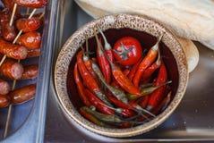 Μαριναρισμένα καυτά πιπέρια στο κεραμικό κύπελλο Στοκ εικόνες με δικαίωμα ελεύθερης χρήσης