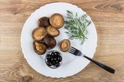 Μαριναρισμένα μανιτάρια, μαύροι ελιές και άνηθος, δίκρανο στο πιάτο Στοκ φωτογραφίες με δικαίωμα ελεύθερης χρήσης
