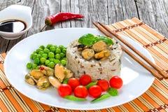Μαριναρισμένα μύδια με το καφετί ρύζι, ντομάτες κερασιών, πράσινα μπιζέλια, Στοκ Εικόνες