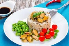 Μαριναρισμένα μύδια με το καφετί ρύζι, ντομάτες κερασιών, πράσινα μπιζέλια Στοκ Εικόνες