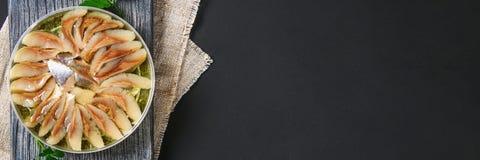 Μαριναρισμένες ρέγγες στο πετρέλαιο σε έναν ξύλινο πίνακα σε έναν γκρίζο σκοτεινό πίνακα snack Τοπ όψη διάστημα αντιγράφων στοκ εικόνα με δικαίωμα ελεύθερης χρήσης