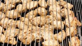 Μαριναρισμένη κρέας λωρίδα κοτόπουλου υποβάθρου που ψήνεται στη σχάρα BBQ κόμμα για μια μεγάλη επιχείρηση φιλμ μικρού μήκους