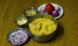 Μαριναρισμένο κοτόπουλο, τεμαχισμένα κρεμμύδια, πιπερόριζα και σκόρδο Στοκ Φωτογραφία