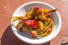 Μαριναρισμένο σκόρδο σε ένα άσπρο πιάτο Στοκ εικόνα με δικαίωμα ελεύθερης χρήσης
