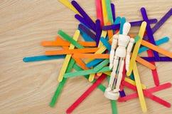 Μαριονέτα και χρωματισμένα ξύλινα ραβδιά Στοκ φωτογραφία με δικαίωμα ελεύθερης χρήσης