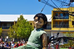 Μαριονέτα μικρών κοριτσιών: Ταξίδι των γιγάντων στο Περθ, Αυστραλία Στοκ Φωτογραφίες