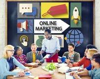 Μαρκάροντας παγκόσμια επικοινωνία on-line μάρκετινγκ που αναλύει την έννοια στοκ εικόνα