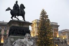 Μαρμάρινα λιοντάρι και χριστουγεννιάτικο δέντρο: Πλατεία του Μιλάνου του duomo r στοκ εικόνα