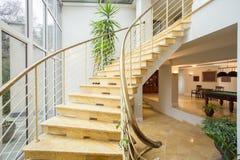 Μαρμάρινα σκαλοπάτια μέσα στο ακριβό σπίτι Στοκ εικόνα με δικαίωμα ελεύθερης χρήσης