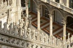 Μαρμάρινη διακόσμηση στο στήριγμα καθεδρικών ναών και σχηματισμένος αψίδα arcade, Μιλάνο Στοκ φωτογραφία με δικαίωμα ελεύθερης χρήσης