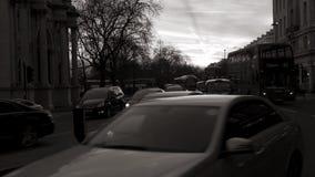 Μαρμάρινη οδός αψίδων στο σούρουπο με τη βρετανική οδό Λονδίνο γραπτό απόθεμα βίντεο