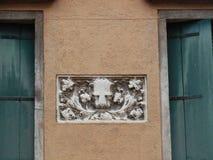 Μαρμάρινη πινακίδα λιονταριών μεταξύ των παραθύρων Στοκ εικόνες με δικαίωμα ελεύθερης χρήσης