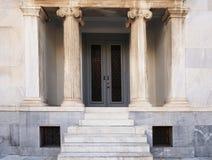 Μαρμάρινη σκάλα και η είσοδος στο κτήριο Στοκ φωτογραφία με δικαίωμα ελεύθερης χρήσης
