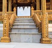 Μαρμάρινη σκάλα με τα κομψά κιγκλιδώματα Στοκ Εικόνα