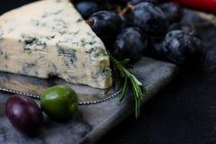 Μαρμάρινος πίνακας με την επιλογή, το κρασί και τα σταφύλια τυριών Στοκ Εικόνα
