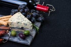 Μαρμάρινος πίνακας με την επιλογή, το κρασί και τα σταφύλια τυριών Στοκ Φωτογραφία