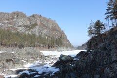 Μαρμάρινος τοποθετήστε κοντά στον παγωμένο ποταμό Katun, Altai, Ρωσία Στοκ εικόνες με δικαίωμα ελεύθερης χρήσης