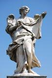 Μαρμάρινο άγαλμα Bernini του αγγέλου με το σταυρό από τη γέφυρα Sant Angelo στη Ρώμη Στοκ Εικόνες