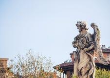 Μαρμάρινο άγαλμα Bernini του αγγέλου με το σταυρό από τη γέφυρα Sant Angelo στη Ρώμη Στοκ Εικόνα