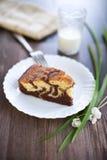 Μαρμάρινο κέικ με το ποτήρι του γάλακτος Στοκ Εικόνες